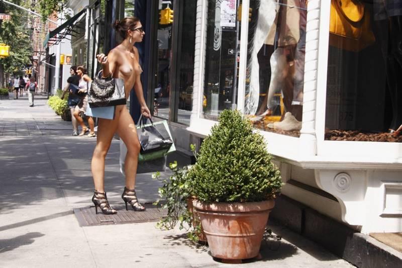 Ходит по улице голоя 5 фотография